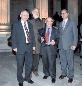 Φωτ. 2 Τα μέλη του Δ.Σ. κ.κ. Θανάσης Σταμάτης, Ηλίας Λιάσκος, Κώστας Παπαδόπουλος και Βασίλης Σιορόκος μετά την παραλαβή του βραβείου στην είσοδο της Ακαδημίας Αθηνών.