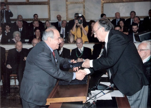 Ο Πρόεδρος του Δ.,Σ. της Πανευρυτανικής Ένωσης κ. Κώστας Αντ. Παπαδόπουλος ενώ παραλαμβάνει το σχετικό βραβείο από τον Πρόεδρο της Ακαδημίας κ. Απόστολο Γεωργιάδη.